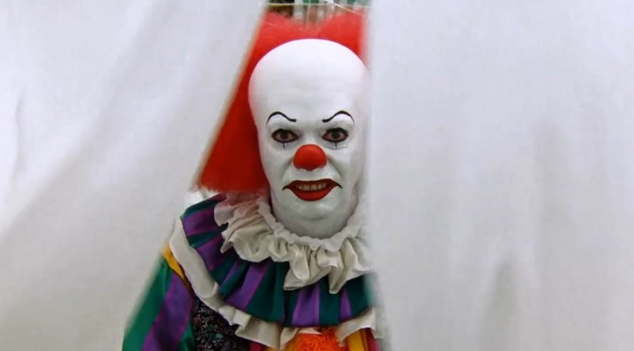Tim Curry als Pennywise in It 1990